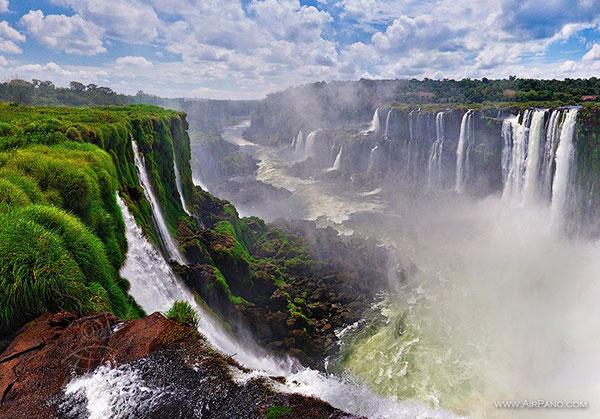 آبشار Iguazu واقع در نوار مرزی بین آرژانتین و برزیل