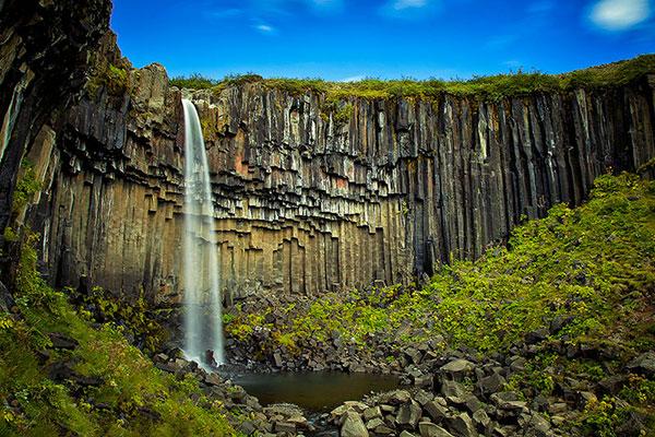 آبشار اسوارتیفوس (پاییز سیاه) واقع در  پارک ملی Vatnajökull در ایسلند.
