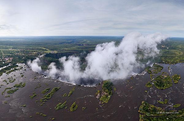 آبشار ویکتوریا واقع در مرز بین زیمباوه و زامبیا
